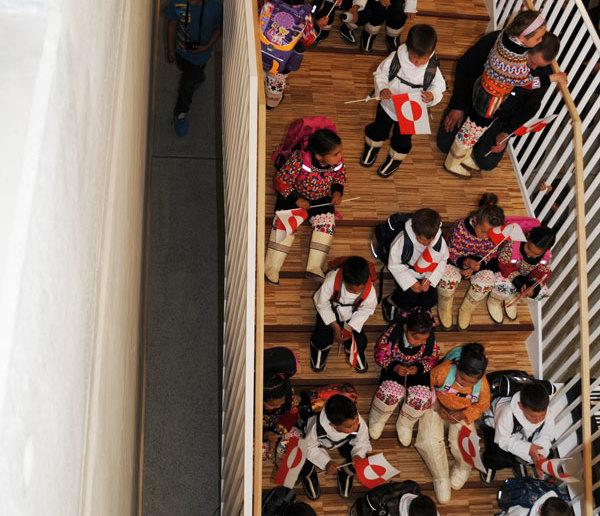 300 spændte børn sætter sig på skolebænken for første gang