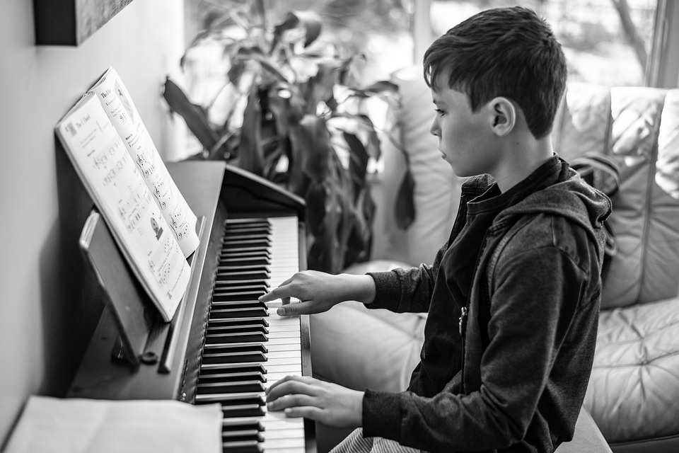 Sommerferieaktiviteter: Lær at lave smuk lyd på klaveret eller ved mixerpulten