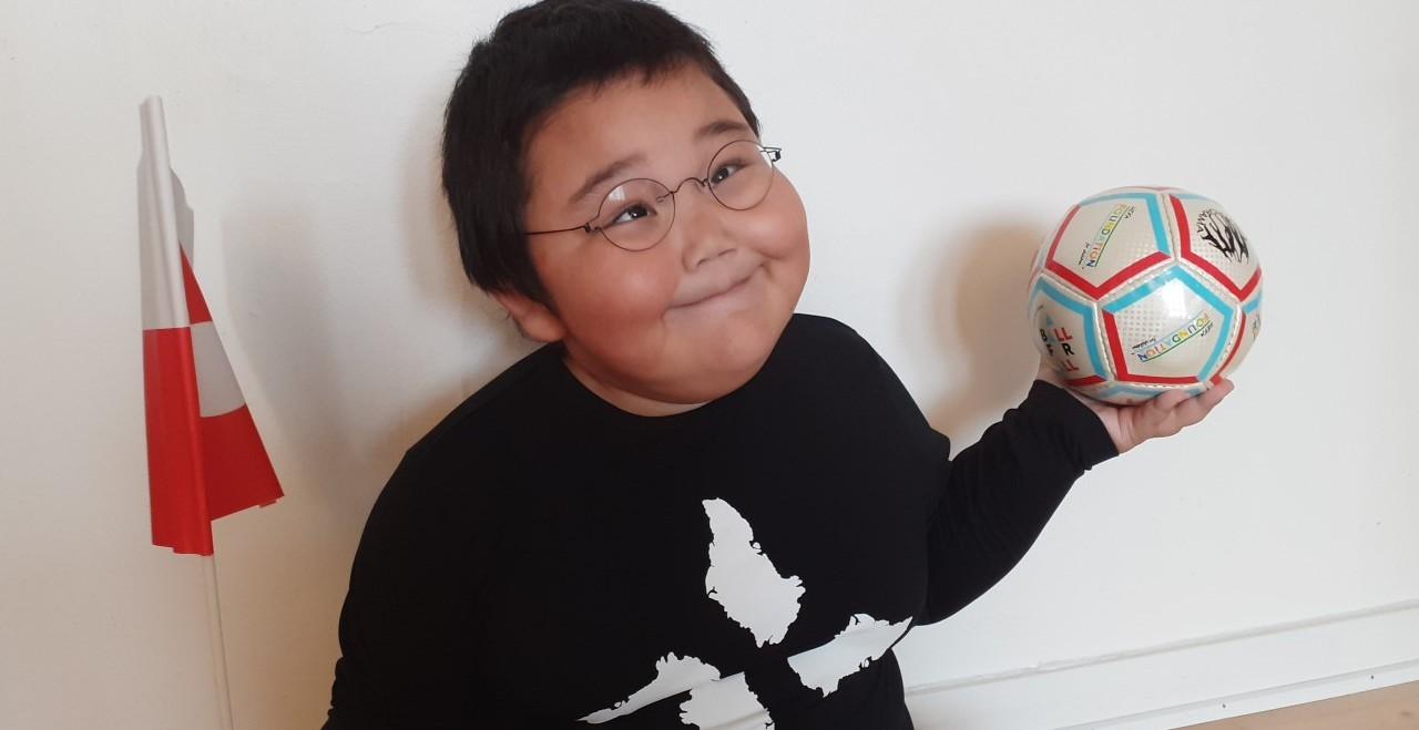 Tre svagtseende børn i Nuuk får bolddonationer fra UEFA Foundation for Children